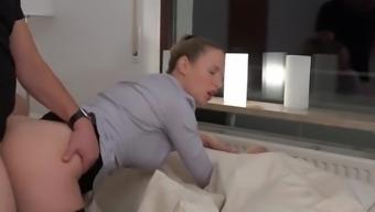 Mit Schwanz im Arsch sprudelt dieser Natursekt aus der Pussy