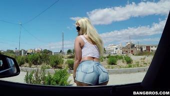 Gorgeous blond op welke manier Blonde girl Fesser enjoys immersed dicking for her pussy