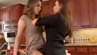 lesbiyanki-masturbiruyut-v-dushe-smotret