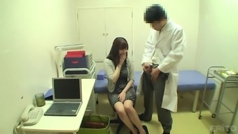 Innocent Japanese people love is warm and her doctor manages to manipulate her